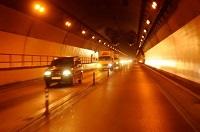 Ô tô chạy trong hầm đường bộ không sử dụng đèn chiếu sáng gần bị xử phạt như thế nào?