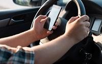 Mức xử phạt đối với hành vi sử dụng điện thoại di động khi đang điều khiển xe