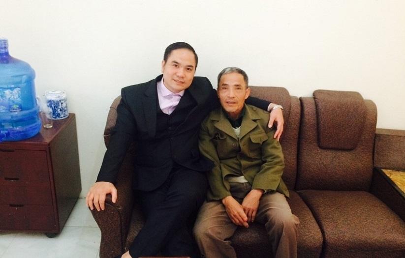 Luật sư Nguyễn Văn Thành - Luật sư giỏi tại Hà Nội chụp ảnh cùng Khách Hàng