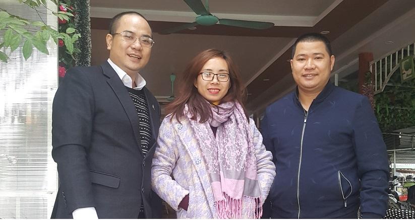 Luật sư Nguyễn Văn Thành - Luật sư Giỏi tại Hà Nội chụp hình mừng khách hàng sau phiên tòa