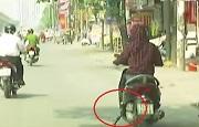Sử dụng chân chống quệt xuống đường khi xe đang chạy
